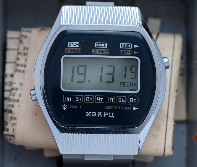 У мужских часов электроника чн/ корпус и браслет произведены из прочной и износостойкой нержавеющей стали, модель оснащена кварцевым механизмом, точность хода +/- 20 сек.